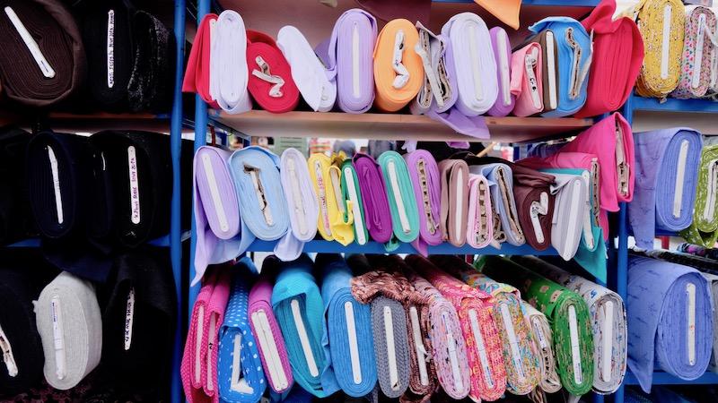 Stoffe und Meterware auf dem Türkenmarkt