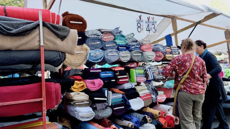Stoffe auf dem Türkenmarkt aka. Wochenmarkt am Maybachufer in Berlin Kreuzberg
