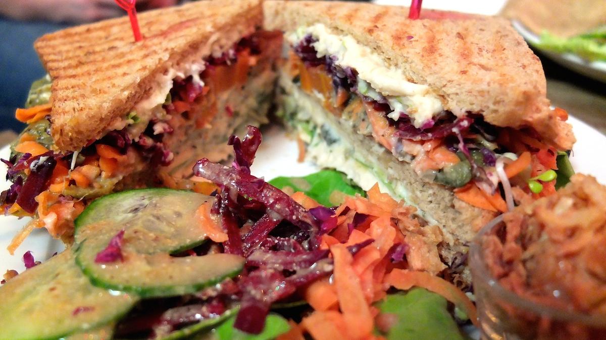sandwich-let-it-be-vegan-restaurant-berlin-neukölln