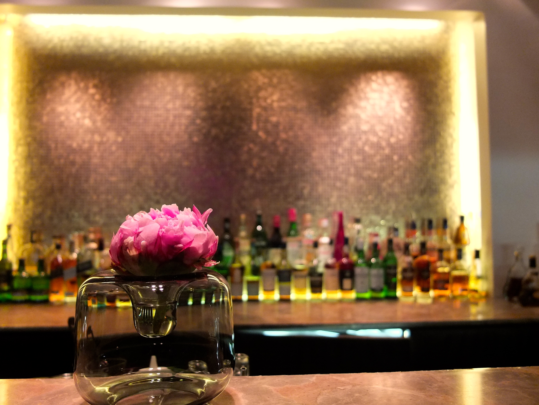 qiu-bar-restaurant-the-mandala-hotel-berlin-theke-1