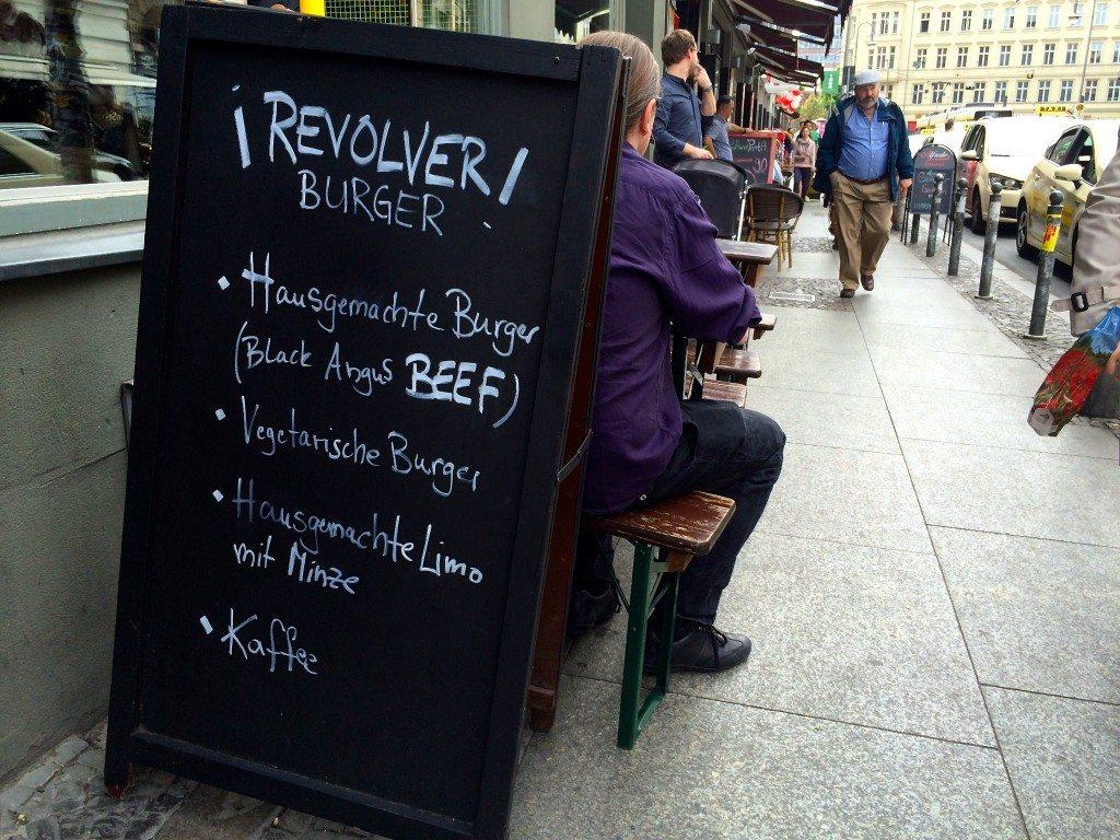revolver-burger-berlin-draußen