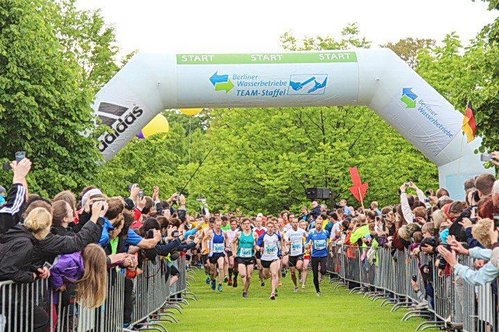 Ein Team aus über 300 Mitarbeitern der Berliner Wasserbetriebe bei der 14. TEAM-Staffel 2013 am 29. Mai auf einem 5x5 km Kurs im nördlichen Tiergarten Berlins.