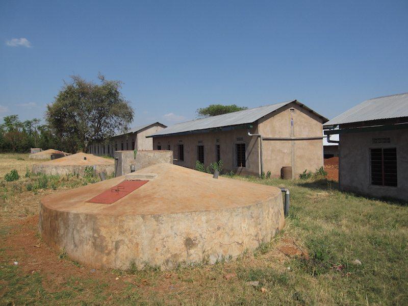 Probebohrungen nach Wasser verliefen erfolglos. Deshalb muss die Versorgung der Chonyonyo Secondary School in Tansania über Regenwasser erfolgen. Die Berliner Regionalgruppe von «Ingenieure ohne Gren-zen» baut dort zusammen mit ihrer tansanischen Partnerorganisation MAVUNO Project neben Filter- und Verteilungssystem auch die großen Zisternen in die Erde.