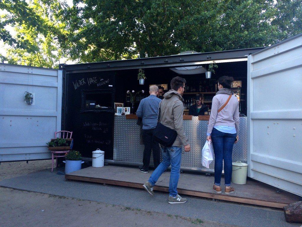 wilder-hase-im-nirgendwo-veganer-biergarten-berlin-verkaufsbox