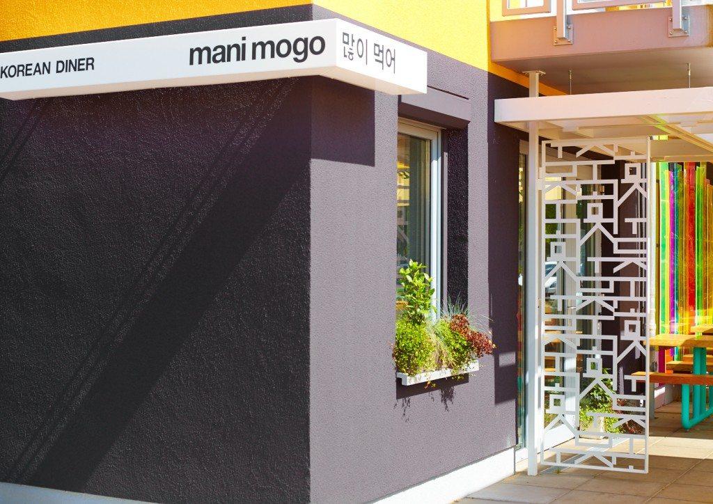 mani mogo - outside