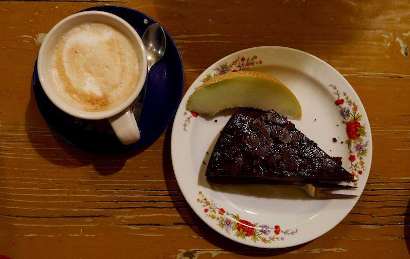 berlin-restaurants-cafe-ein-laden-neukoelln-kaffee-kuchen