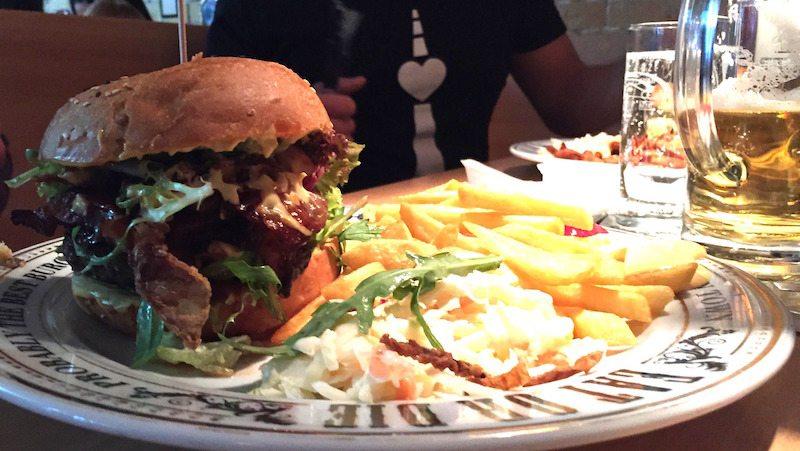 Berlin-The-Pub-Alexanderplatz-Burger-2