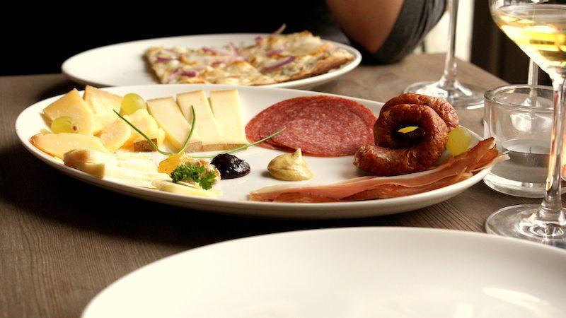 berlin-restaurants-mauerwinzer-kaese-wurst