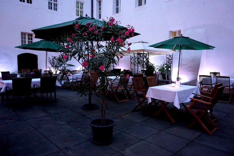 Brandenburg-Schlosshotel-Fürstlich-Drehna-Sitzplätze-Innenhof-2