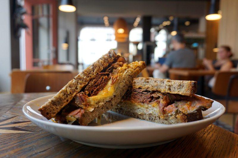 potsdam-ba%cc%88ckerrei-fahland-bistro-pastrami-sandwich