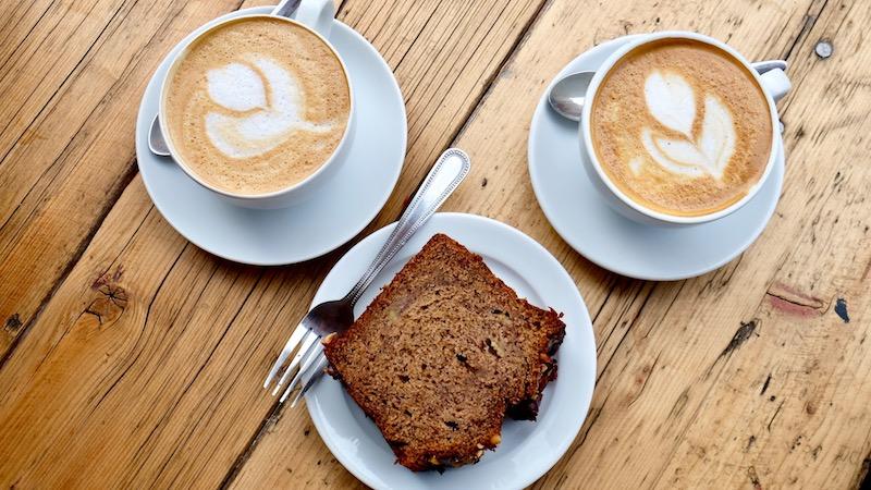 Kaffee und Kuchen im Two Planets Neukölln