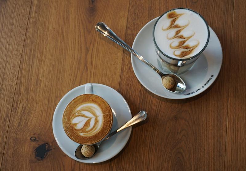 Cappuccino und Milchkaffee in der Primo Cafebar in Berlin Mitte