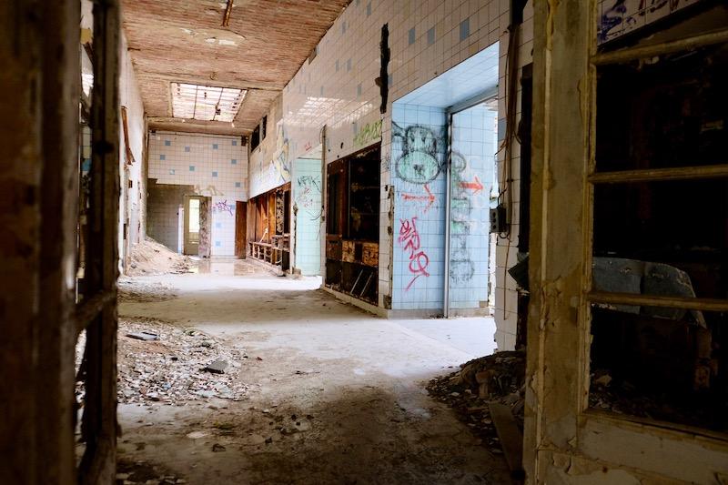 Lost Places: Flur im Chirurgie-Krankenhaus in Beelitz Heilstätten