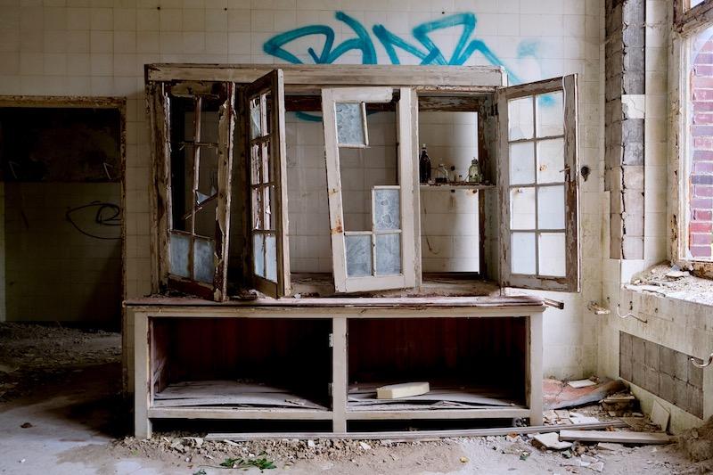 Lost Places: Alter Schrank im Chirurgie-Krankenhaus in Beelitz Heilstätten