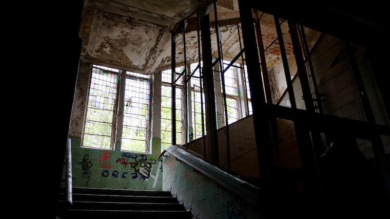 Lost Places: Treppenaufgang im Chirurgie-Krankenhaus in Beelitz Heilstätten