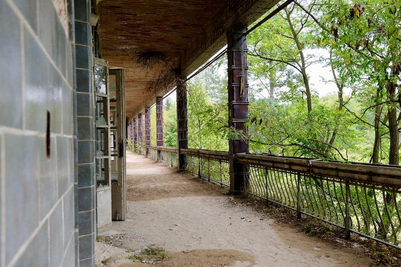 Lost Places: Terrasse im Chirurgie-Krankenhaus in Beelitz Heilstätten