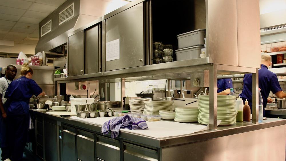 Blick in die Küche der Brasserie Colette von Tim Raue