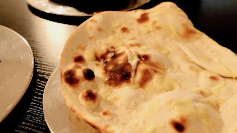 Naan-Brot mit Knoblauchbutter im Moksa in Neukölln