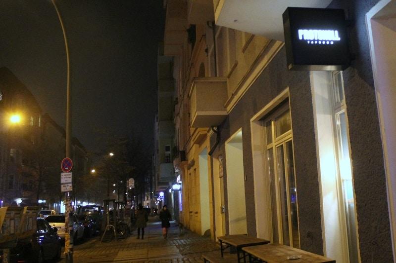 Eingang, Protokoll Bar, Boxenhagener Straße