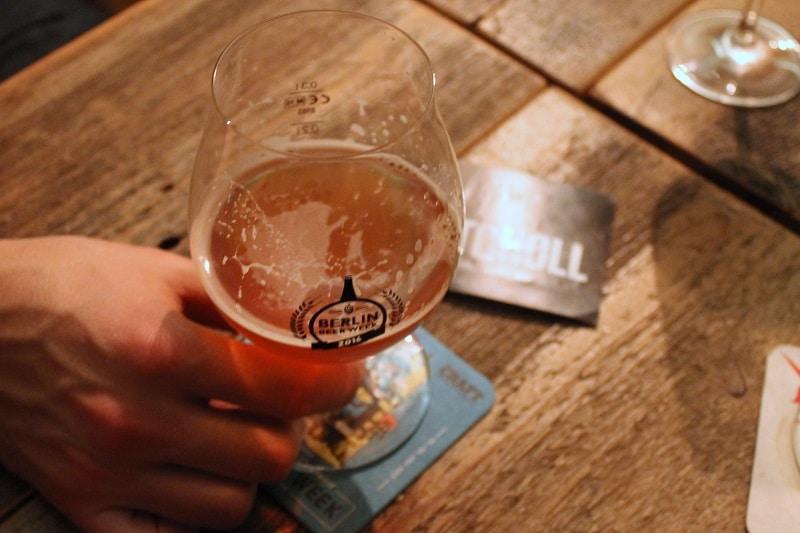 Holztische, Bier