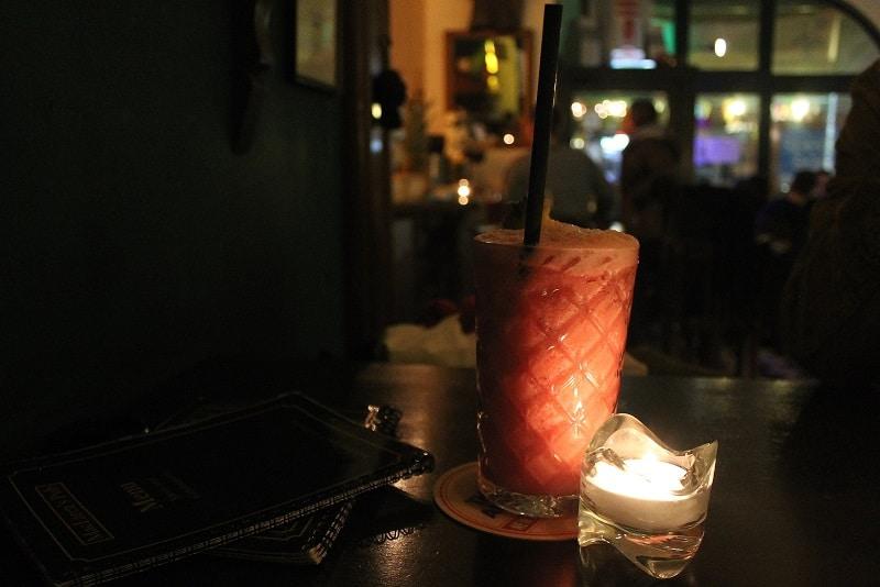"Cocktail ""Robin Scherbatzky"", MacLaren's Bar, Kerzenschein"
