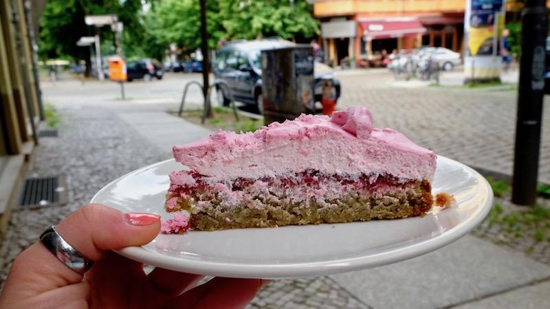 Vegane Himbeer-Sahne-Torte im Café Velicious