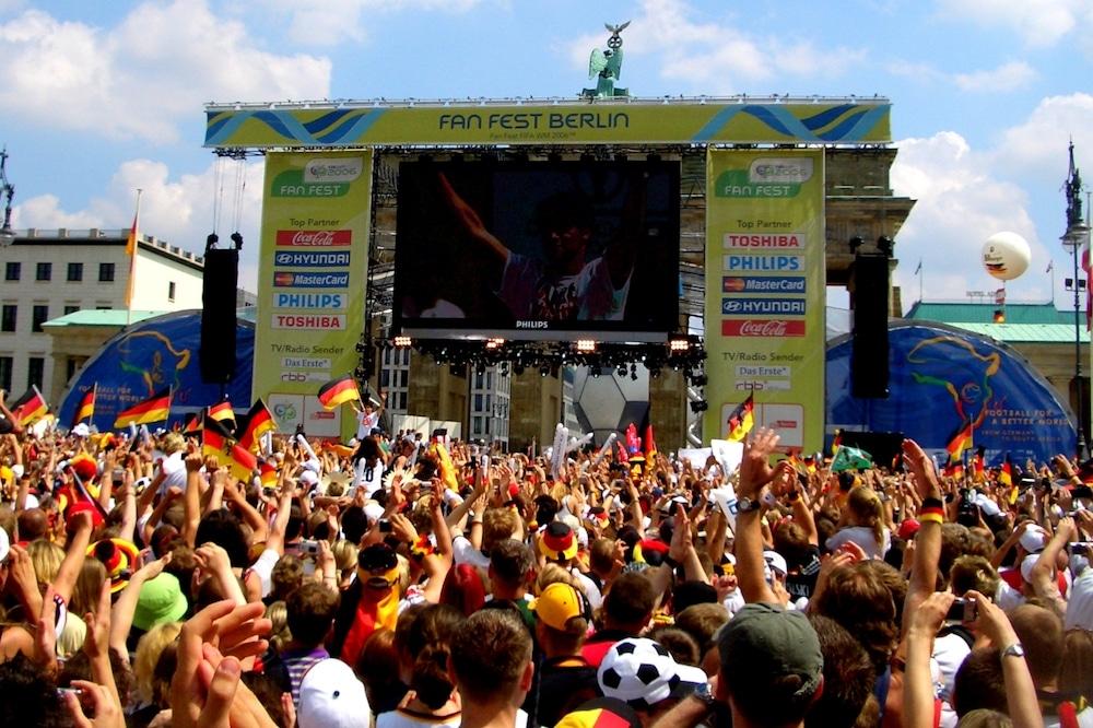 Menschenmassen auf der Straße des 17. Junis in Berlin zur WM 2006