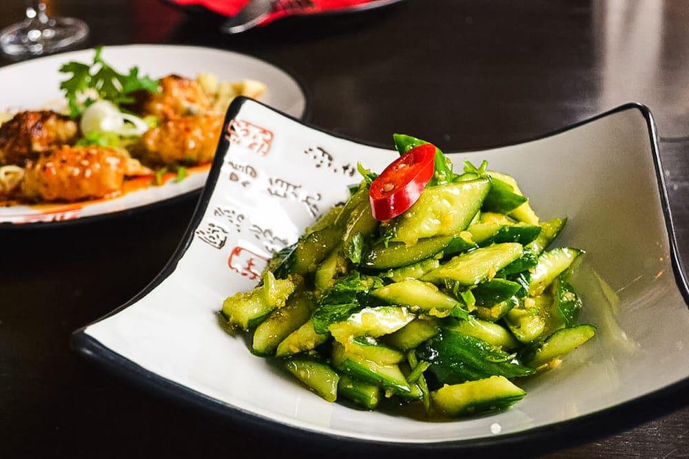 Spreewald-Gurken-Salat mit Knoblauch-Koriander-Dressing