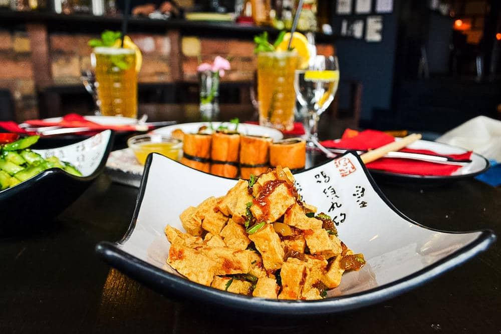 Fein gehackter Tofu mit grüner Bohnen, verschiedenen Kräutern und Zitronengras