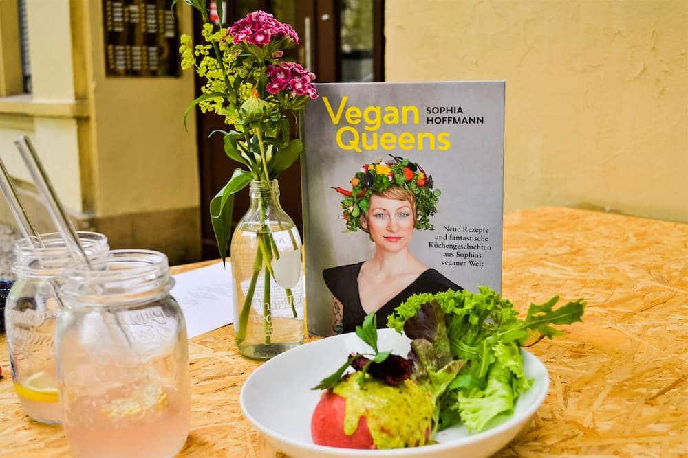 """Sophie Hoffmann, Autorin des Buches Vegan Queens, und ihr selbst kreiertet veganer Germknödel """"Sophia"""""""