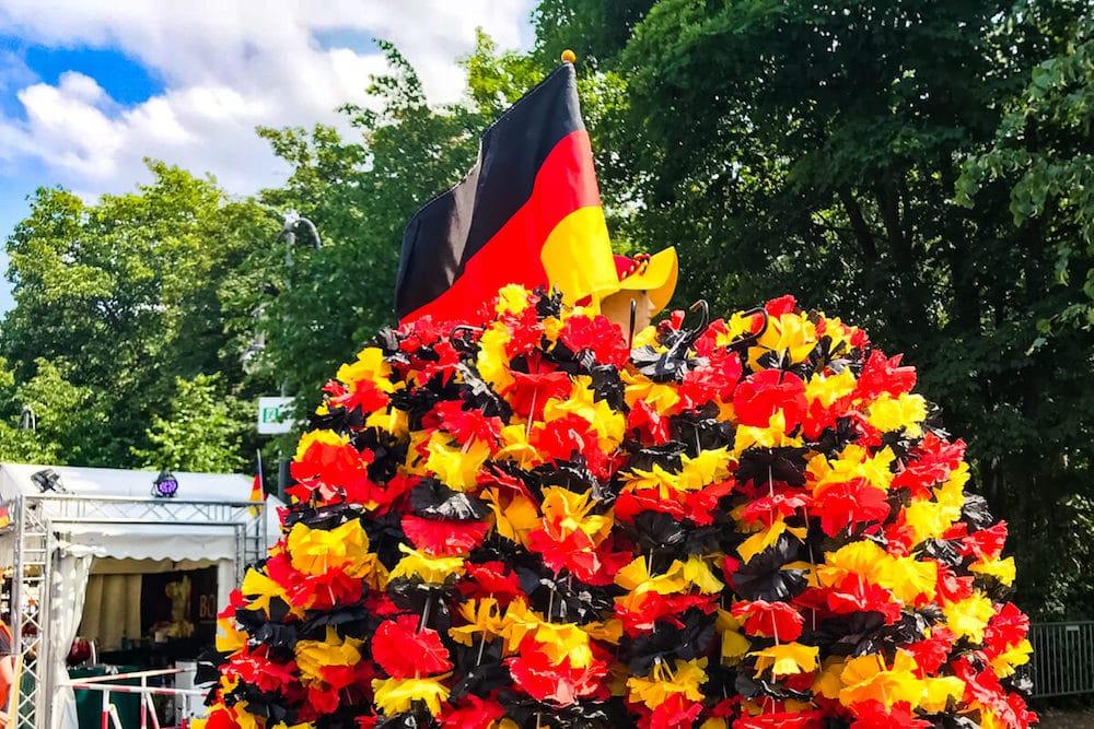 Fankette in Schwarz-Rot-Gold und Deustchlandflagge als Pflichtutensilien für WM-Fans
