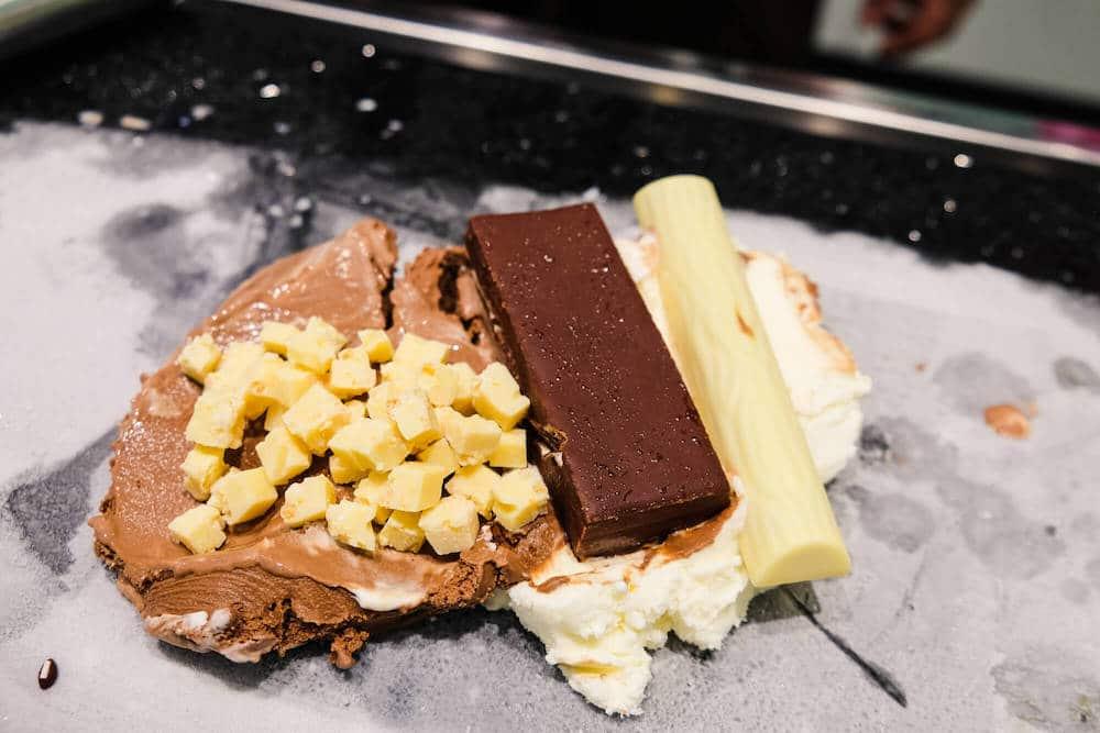 Schoko- und Vanilleeis mit Duplo White, Kinder Pingui und weißer Schokolade
