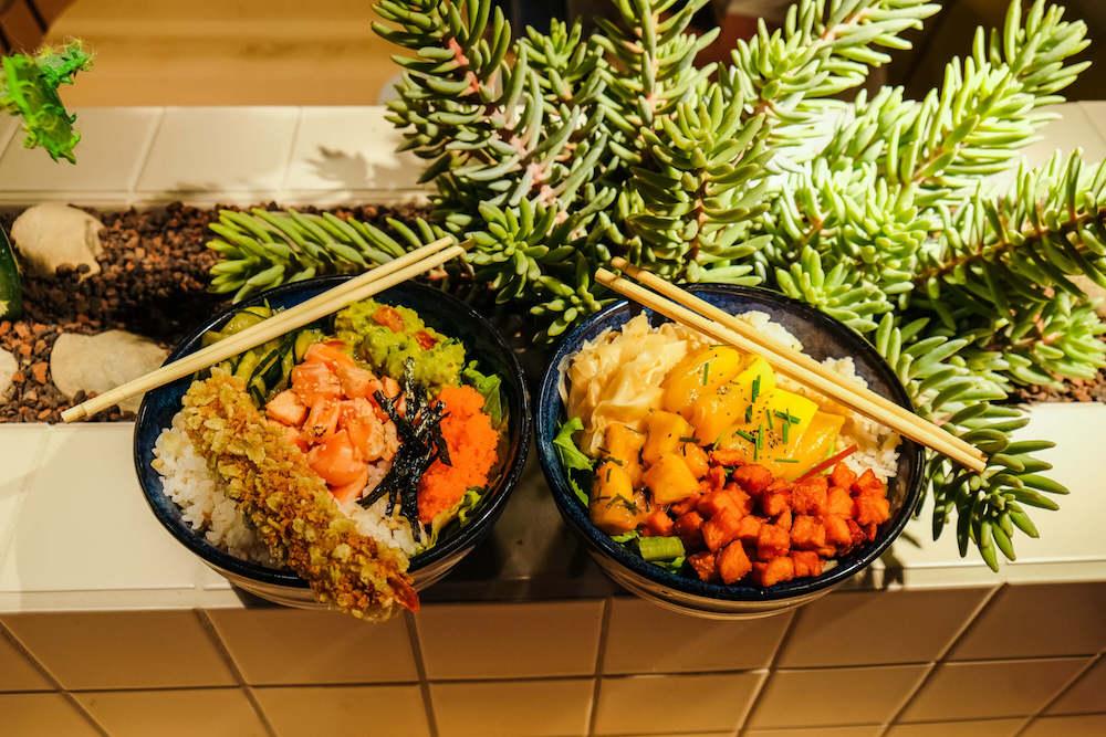 Links ist die Mana Bowl, rechts die Jackfruit Bowl (mit eingelegtem Ingwer statt der Edamame)